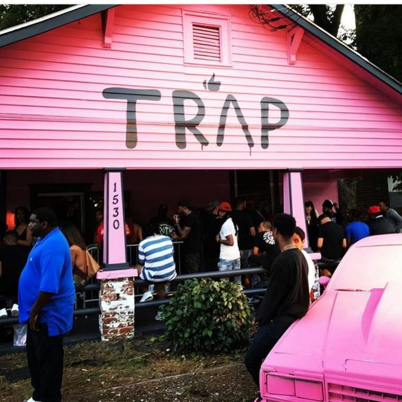 "2 Chainz organiza festa na casa rosa em vídeo de ""Door Swangin"""